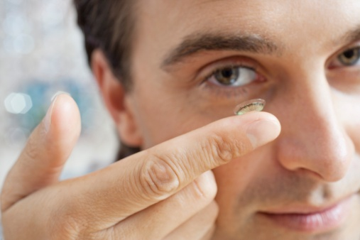 Treating glaucoma with contact lens