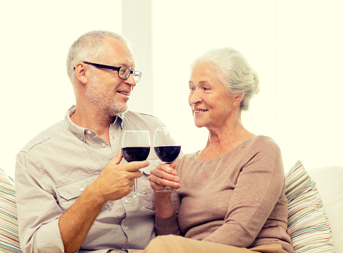 Wine with dinner helps manage cholesterol