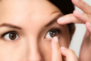 how to put on and take off eye contacts