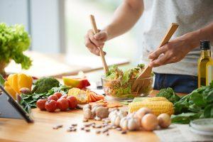 gesunde Ernährung &quot;width =&quot; 300 &quot;height =&quot; 200 &quot;/&gt; Wir sollten alle eine gesunde Ernährung haben, aber eine polymyalgia rheumatische Diät ist etwas, das diejenigen, die an PMR leiden sollten, zusammen mit berücksichtigen Polymyalgia rheumatische Übung. </p> <p> Polymyalgia rheumatic (PMR) ist eine entzündliche Erkrankung, die zu Schmerzen in den Schultern und im Oberkörper führt. Entzündungen ziehen zusätzliches Blut und weiße Blutkörperchen in den Teil des Körpers, der versucht, Sie vor schädlichen Keimen zu schützen. Die Zunahme der Flüssigkeit verursacht oft Schmerzen, Schwellungen und Steifheit. </p> <p> Traditionell hat sich die Behandlung von Polymyalgie auf Steroide konzentriert. Jüngste Forschungen haben jedoch gezeigt, dass Lebensstilanpassungen, die eine rheumatische Polymyalgia-Diät und rheumatische Polymyalgia-Übungen umfassen, helfen können, die Symptome zu bewältigen. </p> <h2> Lebensmittel in einer Polymyalgia Rheumatica Diät </h2> <p> Polymyalgia rheumatica Diät und Bewegung mag für manche Menschen entmutigend klingen, aber wenn du einmal in eine Routine eingetreten bist, wirst du wahrscheinlich feststellen, dass dein neuer Lebensstil nicht zu einschränkend ist. </p> <p> In Bezug auf die Ernährung von Polymyalgia rheumatica musst du einige grundlegende Punkte beachten: <br /> Einige Nahrungsmittel verursachen mehr Entzündungen in deinem Körper, also solltest du diese Nahrungsmittel meiden, wenn du diese Krankheit hast. </p> <p> Du wirst auch einige Lebensmittel essen wollen, die du essen möchtest, weil sie das Potenzial haben, die Nebenwirkungen von Medikamenten zu bekämpfen, die du für PMR einnehmen könntest. Zu diesen Nebenwirkungen gehören Gewichtszunahme, Blutergüsse, Katarakte und Osteoporose. </p> <p> Während jeder anders auf Lebensmittel reagiert, sind folgende typische Vorschläge zur polymyalgischen rheumatischen Diätbehandlung. </p> <ul> <li> <strong> Gesunde Fette: </strong> Wähle gesunde Fette wie Omega-3. Studi