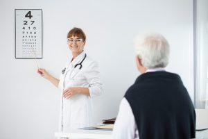 Augenärztliches Untersuchungsauge eines älteren Mannes &quot;width =&quot; 300 &quot;height =&quot; 200 &quot;/&gt; Eine neue Studie der Miller School of Medicine der Universität Miami hat herausgefunden, dass Sehstörungen ein Indikator sein können Für den kognitiven Verfall bei älteren Menschen wurde gezeigt, dass sowohl der Verlust von Sehkraft als auch der kognitive Verfall bei älteren Menschen zunehmen, und es wurde eine Querschnittsassoziation zwischen beiden etabliert. Studien in der Vergangenheit haben die Interaktion zwischen visuellen und kognitiven Störungen nicht genau untersucht kognitive Beeinträchtigung mit dem Alter.</p><p>Die Forscher hinter der aktuellen Studie glauben, dass die Vision der stärkere Faktor in der Assoziation ist und haben auch gesagt, dass ihre Studie diese Beziehung als erste zeigt. Die eigentliche Ursache für den korrelativen Sehverlust und die kognitive Funktion bei älteren Menschen ist jedoch noch nicht bekannt.</p><p>Diese Studie wurde in Form einer prospektiven longitudinalen populationsbasierten Analyse durchgeführt. Die Teilnehmer für die Studie bestanden aus 2.520 in der Gemeinschaft lebenden Erwachsenen in Maryland. Sie waren im Alter von 65 bis 84 Jahren am Anfang der Bevölkerungsstichprobe. Im Durchschnitt waren die Teilnehmer 73 Jahre alt und 58% waren Frauen. Die Studie hatte eine Follow-up-Periode von 8 Jahren, in der die Forscher Sehschärfe und kognitive Funktion gemessen.</p><p>Sie stellten fest, dass der kognitive Rückgang von 11% zu Beginn der Analyse auf 20,6% am Ende des Follow-up-Zeitraums stieg. Die Sehschärfe sank von Beginn des Experiments bis zum 8-Jahres-Follow-up auch bei den Teilnehmern. Die Forscher fanden auch eine signifikante Korrelation zwischen den Raten des Sehschärfeabfalls und der kognitiven Funktion. Ein niedrigerer Sehschärfe-Score korrelierte mit einem niedrigeren kognitiven Funktions-Score und je schlechter der Rückgang der Sehschärfe war, es gab einen gleichmäßigen Rückgang der kognitiven Fu
